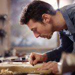 11791618-homme-mi-adulte-au-travail-comme-artisan-dans-l-atelier-italien-avec-des-guitares-et-des-instruments-Banque-dimages